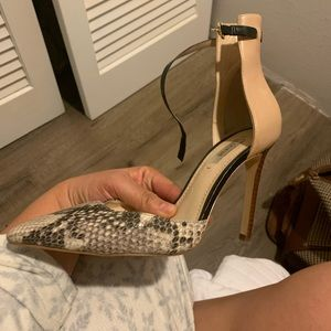 Guess size 7 pointy strap shoes snake/ nude